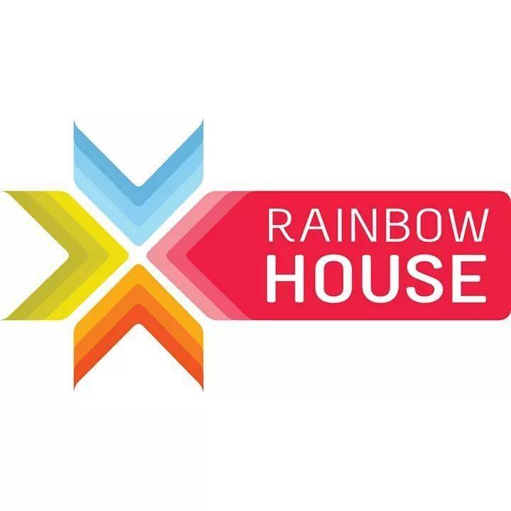 L'équipe à la façade de la RainbowHouse
