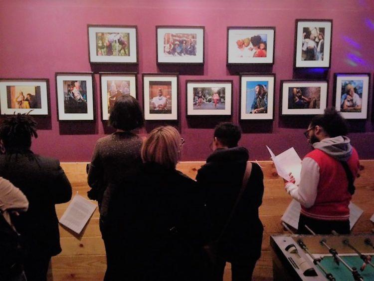 Un public captivé:  vernissage de l'expo qui a eu lieu le 15 septembre à la RainbowHouse Brussels.