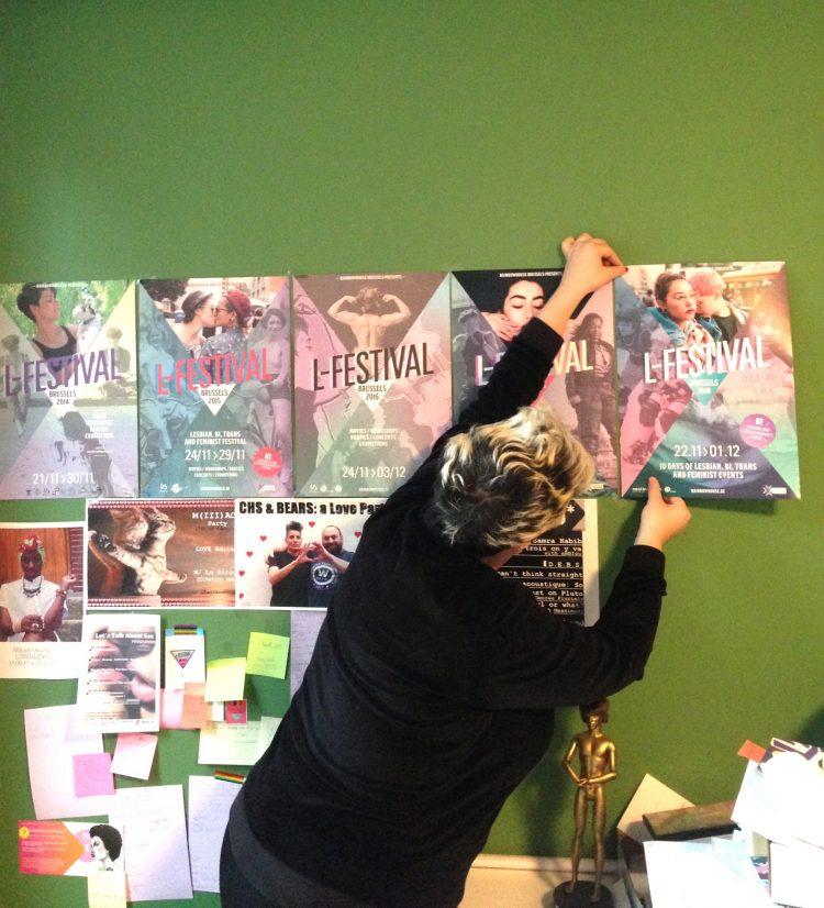 Delphine accroche les posters pour le prochain L-Festival